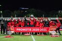 Spelers van Go Ahead Eagles vieren de promotie naar de eredivisie.