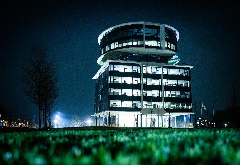 Het verlichte kantoorpand van Fokker op het Slobbengors in Papendrecht.