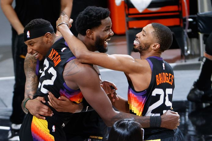 PHOENIX, ARIZONA - JUNE 22: Deandre Ayton #22 of the Phoenix Suns celebrates with Torrey Craig #12 and Mikal Bridges #25 after a last second slam dunk against the LA Clippers in game two of the Western Conference Finals at Phoenix Suns Arena on June 22, 2021 in Phoenix, Arizona. The Suns defeated the Clippers 104-103, NOTE TO USER: User expressly acknowledges and agrees that, by downloading and or using this photograph, User is consenting to the terms and conditions of the Getty Images License Agreement.   Christian Petersen/Getty Images/AFP == FOR NEWSPAPERS, INTERNET, TELCOS & TELEVISION USE ONLY ==