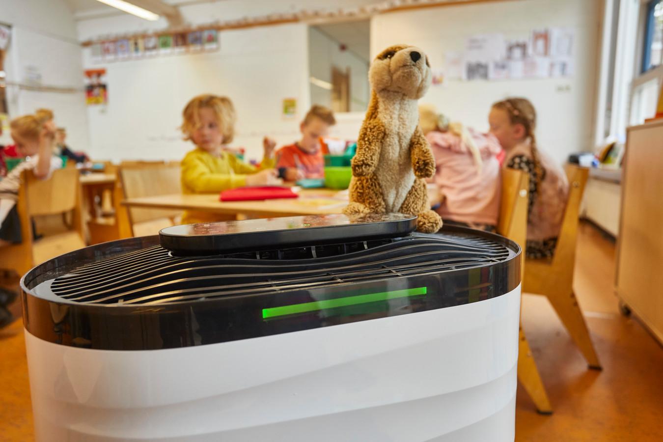 Basisschool CBS Arcade in Warnsveld heeft een experimentele ventilator. Via gekleurd ledlicht geeft hij de kwaliteit op het moment aan.