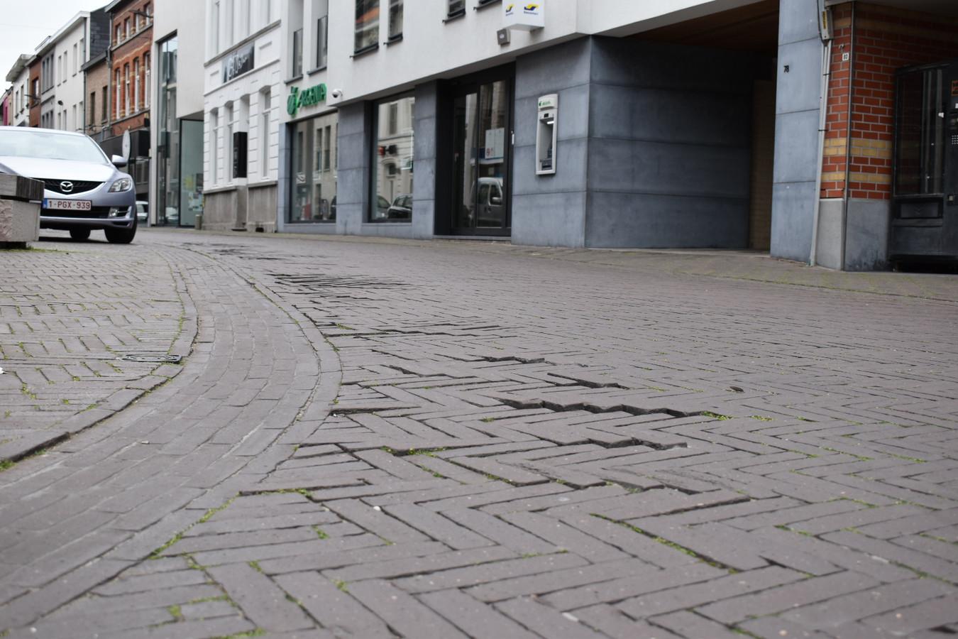 De klinkers op het einde van de Hoogstraat liggen er heel slecht bij.