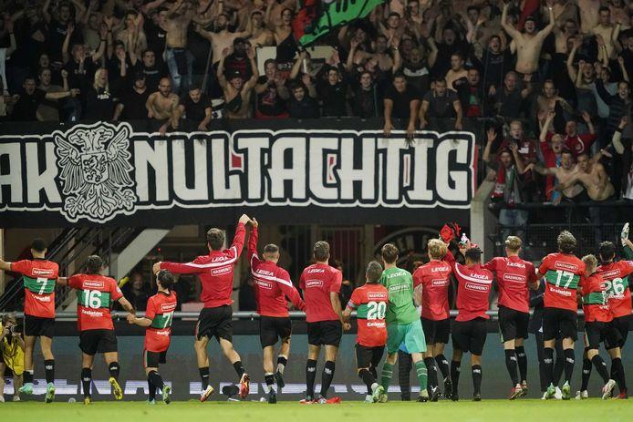De spelers van NEC vieren feest met de eigen fans.