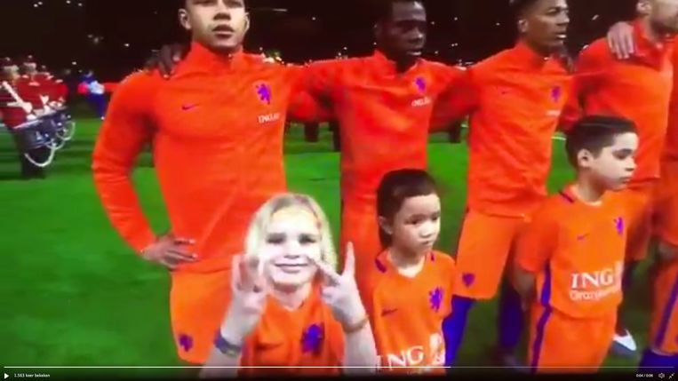 Toen de camera langs Puck Schapendonk gleed tijdens het volkslied van de match Nederland - Engeland eerder dit jaar, maakte ze vredestekens. Beeld rv