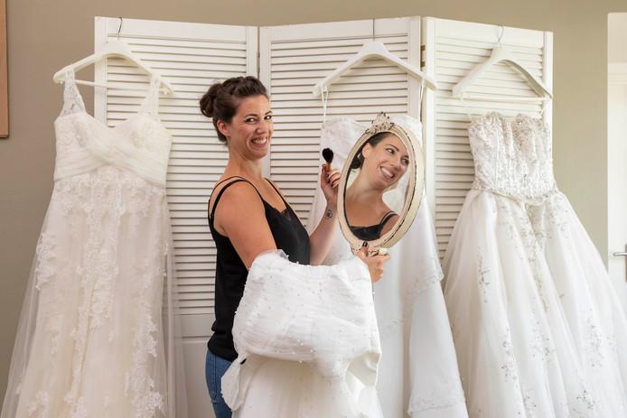 Cynthia Veenman gaat een bruidszaak openen op 18 oktober.