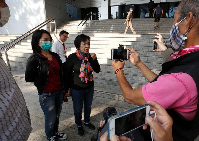 Anchan Preelert (R, met sjaal) in gesprek met de media voor de rechtbank waar ze later op de dag werd veroordeeld tot 43 jaar cel.