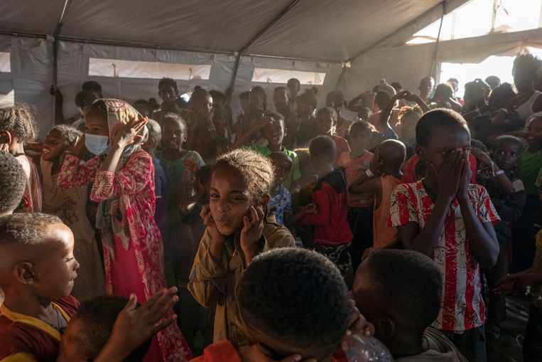 Kinderen uit Tigray zingen en dansen in een van de witte tenten van de UNHCR. Beeld AP