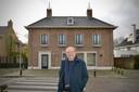 Herman Lommen bij 'zijn' voormalige bank in Kaatsheuvel.