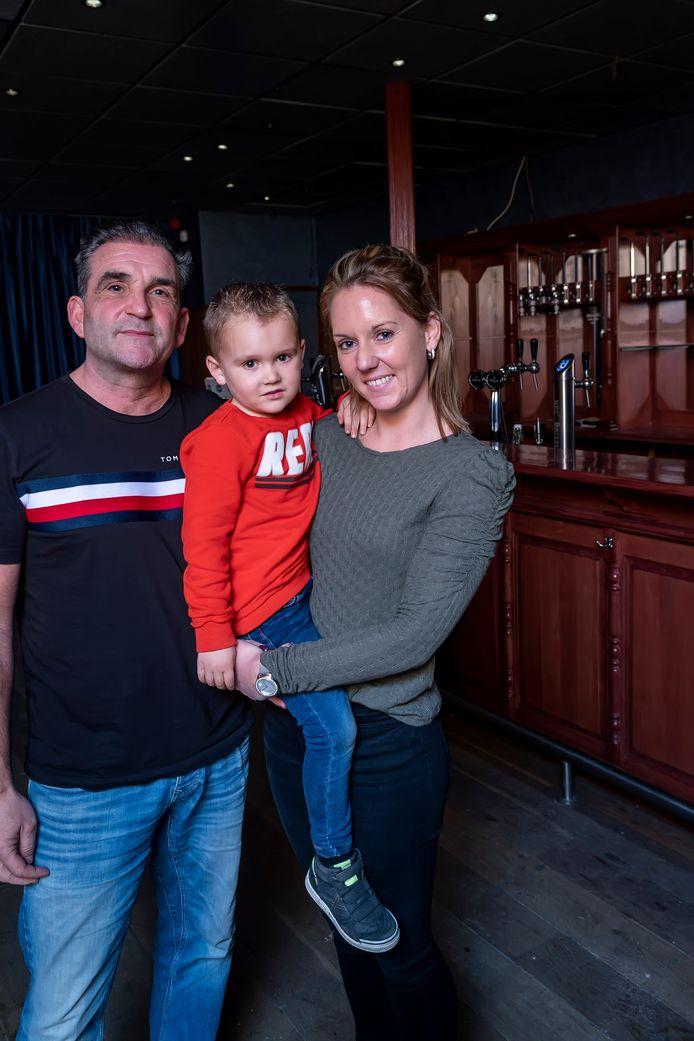 Het gezin Roosendaal in het inmiddels lege café De Roos.