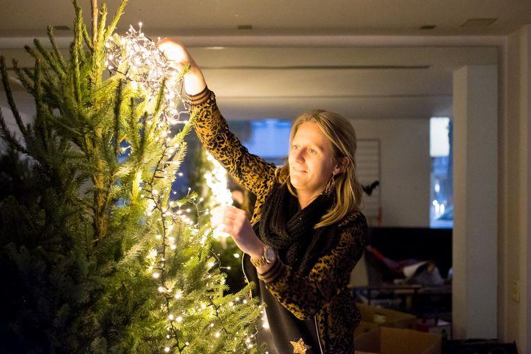 Goedele De Clerck brengt kerstdecoratie aan.