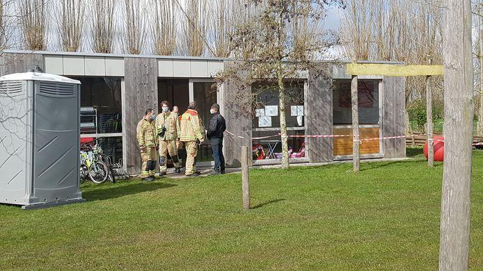 De kinderen waren bezig in dit gebouwtje, dat 'De Chalet' wordt genoemd. Vermoedelijk liet de verwarmingsketel het afweten.