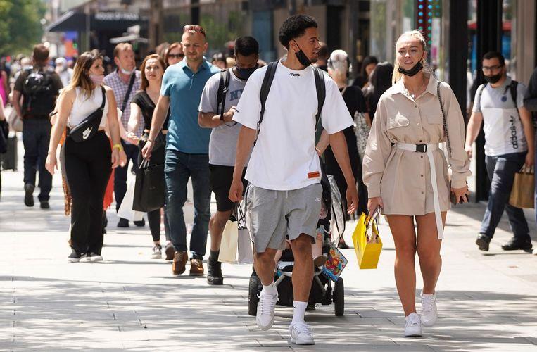 Winkelend publiek in Londen, afgelopen zaterdag. Beeld AFP