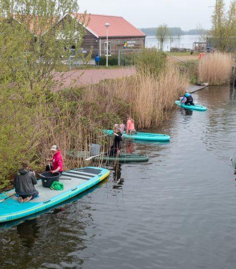 Bekers, ballen en twee tuinstoelen: er drijft allerlei rommel in de wateren rondom Harderwijk