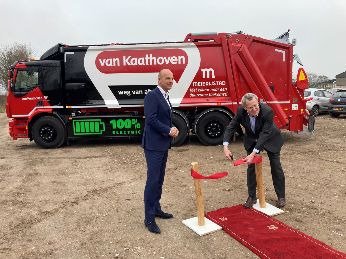 Meierijstad heeft sinds maandag een elektrische vuilniswagen. Rob Meulendijks (links) van afvalinzamelaar Van Kaathoven en wethouder Harry van Rooijen waren daar getuige van.