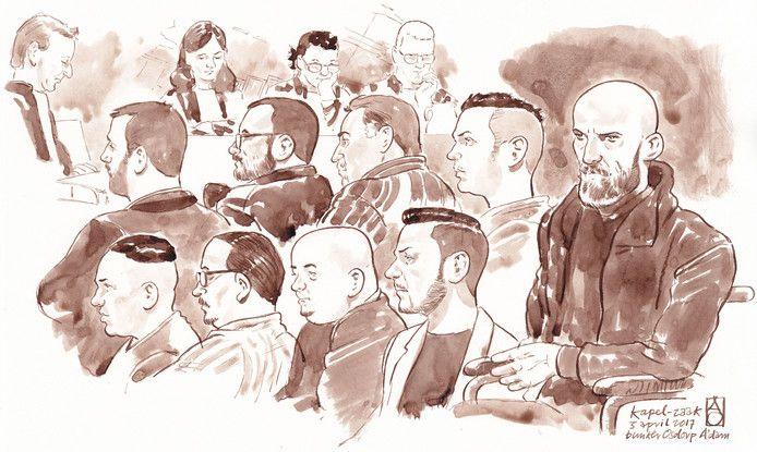 De verdachten in de zogenaamde Kapelzaak voor de rechter in de bunker in Amsterdam Osdorp. Rechts de vermeende leider van de bende, Zekeriya K., in een rolstoel. Linksboven aanklager Michiel van IJzendoorn.