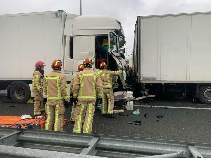 De twee vrachtwagens die betrokken raakten bij het ongeval op de A2. Het voertuig van de automobilist werd aan de andere zijde geraakt.