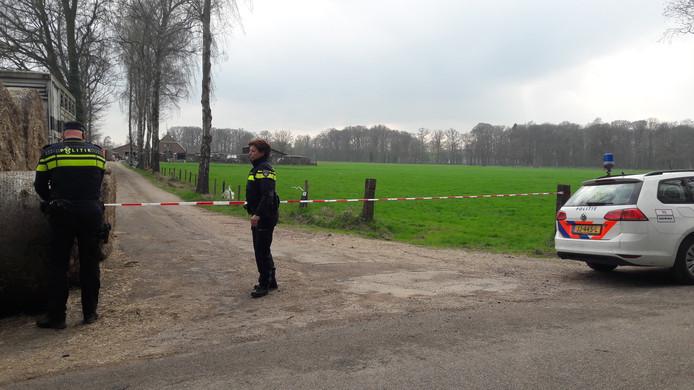 De politie zette het terrein af na de lugubere vondst.