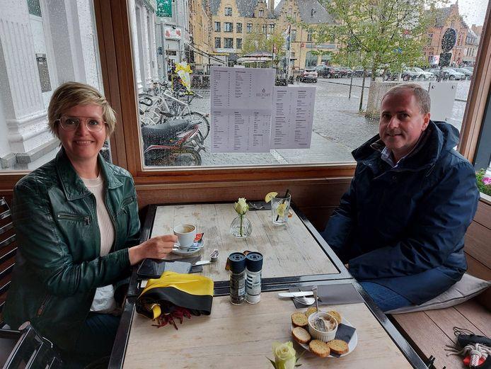 Burgemeester Christof Dejaegher (CD&V) en schepen Loes Vandromme (CD&V) genoten van een eerste terrasbezoek bij Belfort 2.0.