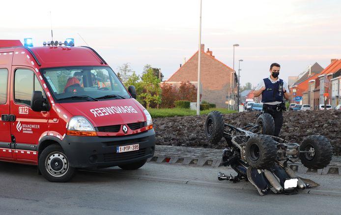 De quad kwam ondersteboven tot stilstand, na het ongeval aan de rotonde van de Ieperstraat in Zonnebeke.