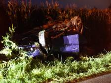 Auto slaat over de kop het maisveld in, na botsing met giertank