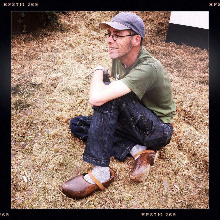 Joost van den Broek, gefotografeerd door zijn vriendin, vindt eindelijk rust op zijn boerderij in de Betuwe. Beeld Bernadette Hoogland