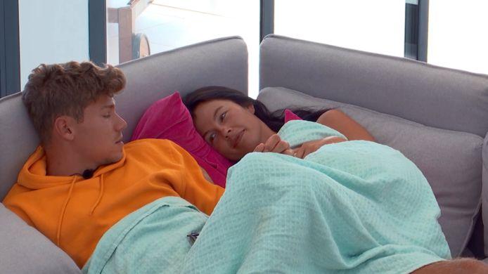Stenn en Rowèna tijdens hun deelname aan 'Love Island'.