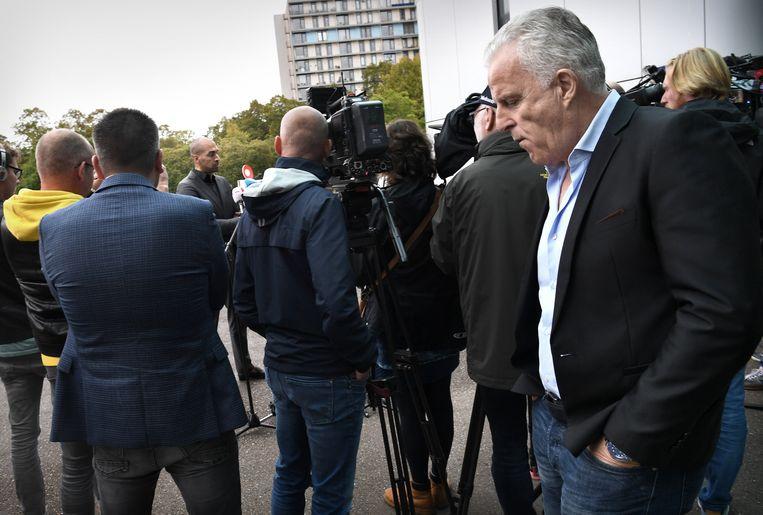 September vorig jaar, advocaat Gerald Roethof van Jos B. staat de pers te woord. Peter R. de Vries, die de familie van Nicky Verstappen vertegenwoordigt, luistert toe. Beeld Marcel van den Bergh