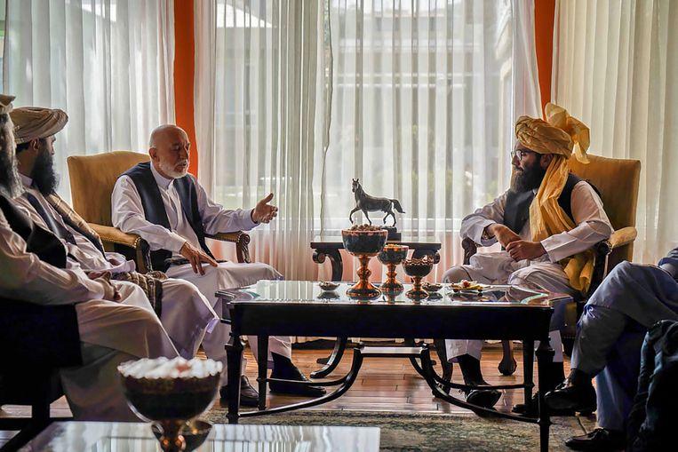 Op 18 augustus ontmoette Anas Haqqani (rechts van het midden) de voormalige president  Hamid Karzai (links van het midden) om te onderhandelen over de nabije toekomst van Afghanistan. Beeld AFP