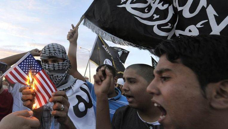 Demonstranten in Benghazi verbranden een replica van de Amerikaanse vlag. Beeld reuters