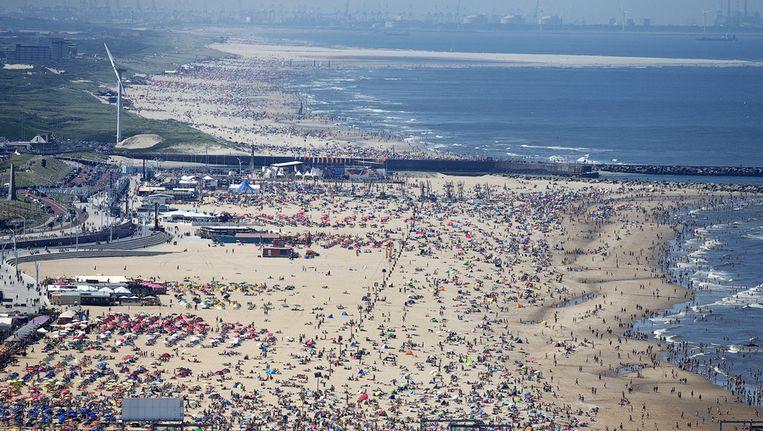 Luchtfoto van badgasten op het strand van Scheveningen. Beeld anp
