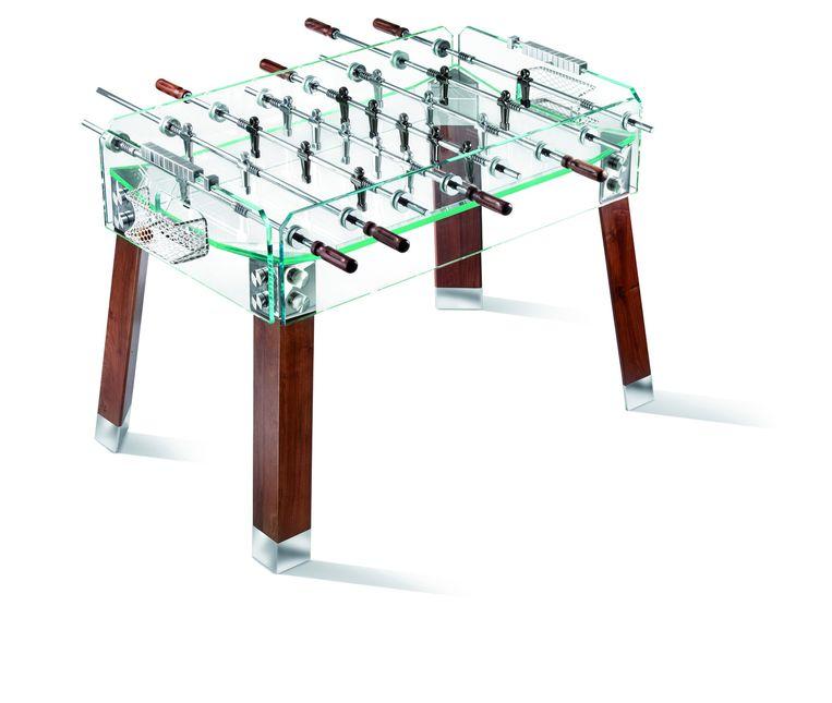Tafelvoetbal De 'Contropiede' van Teckell is een voetbaltafel met poten van walnoothout en een transparante glazen bovenkant. Vanaf € 11.000. teckell.com Beeld .