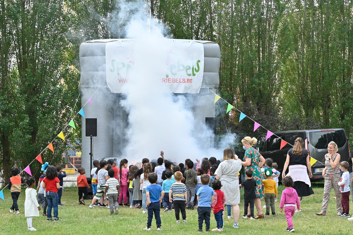 De kleuters genieten van een mini Tomorrowland bij de dj-stage.