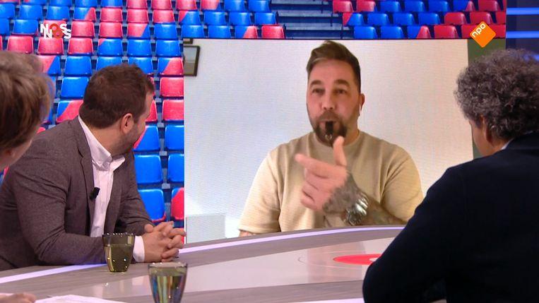 Theo Janssen blies bij Studio voetbal op een fluitje als hij wilde onderbreken. Beeld NPO