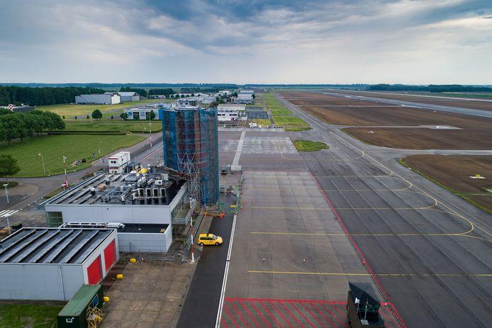 Lelystad Airport met de verkeerstoren in aanbouw.