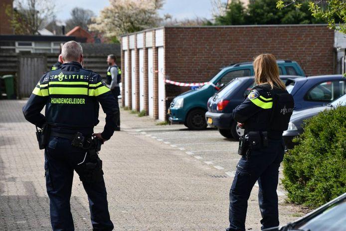 De politie doet onderzoek aan de achterkant van de overvallen woning.