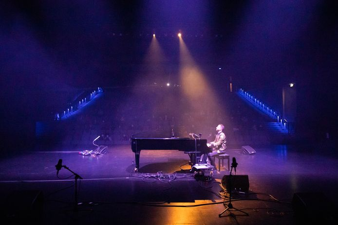 Daniel Verstappen achter zijn piano.