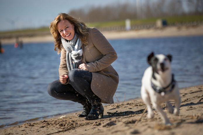 Natascha Hoiting met haar hondje, op het strand bij Schokkerhaven.