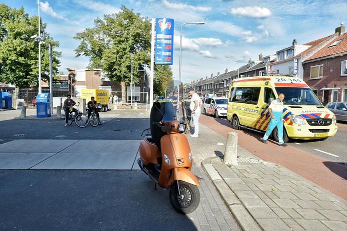 De scooterrijdster werd per ambulance naar het ziekenhuis gebracht.