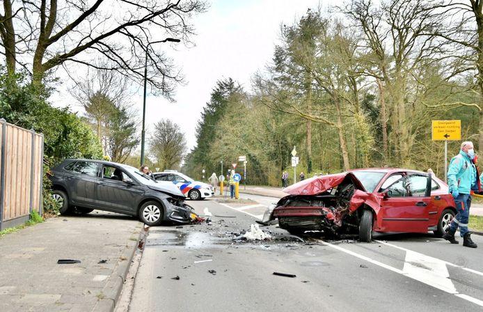 De twee auto's raakten zwaar beschadigd bij de frontale botsing in De Bilt.