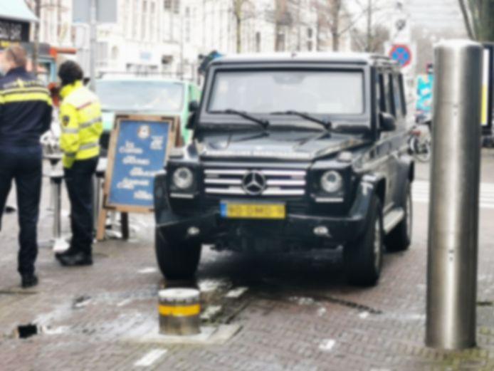 De gepantserde Mercedes G-Klasse bleek niet bestand tegen de paal