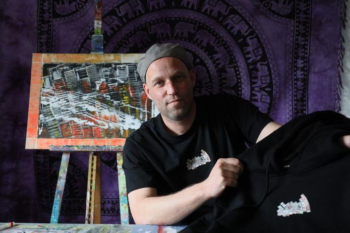 Ron Vogels in en met een t-shirt met zijn ontwerp.