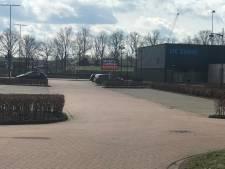 Politie treedt op tegen overlast samenscholende jongeren in Waalwijk: 'Ze laten enorm veel afval achter'