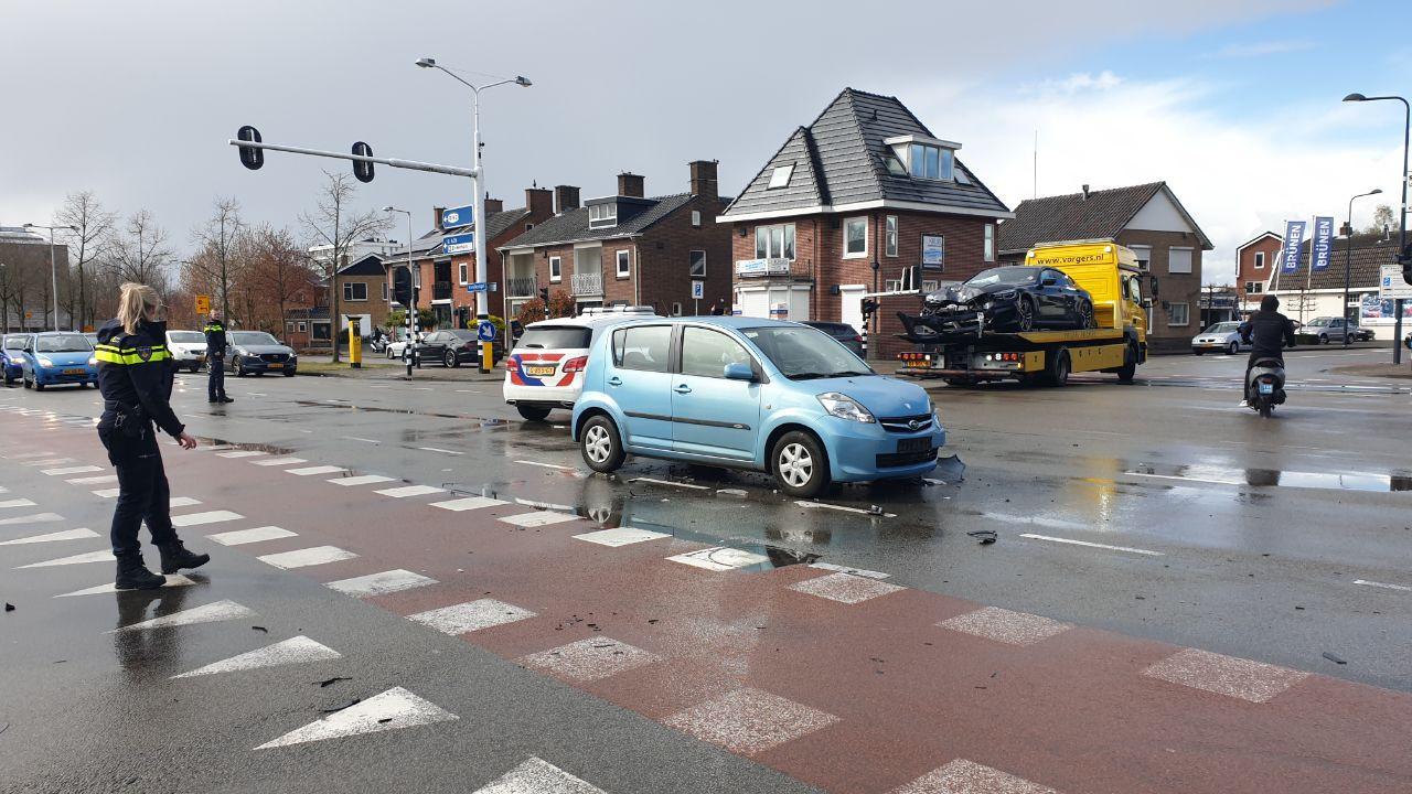 Twee auto's hebben flinke schade opgelopen bij de botsing in Enschede
