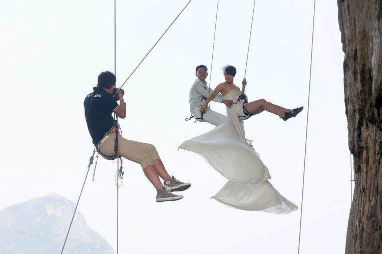 Het huwelijk is een traditionele waarde in conservatief China, de huwelijksfotografie is wat minder conventioneel. Beeld REUTERS