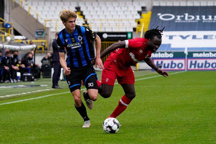 Jordan Lukaku (r.) in duel met Bruggeling De Ketelaere.