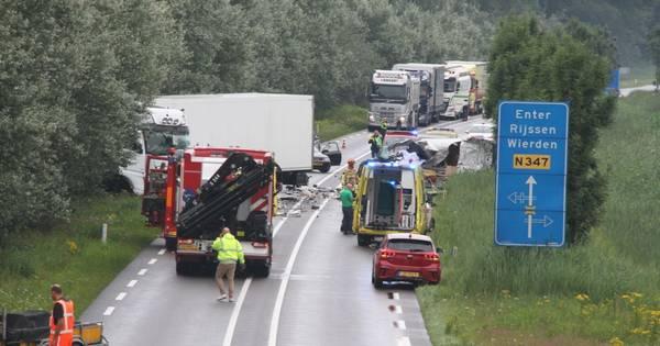 Ongeluk op N347 bij Markelo: ten minste één persoon gewond.