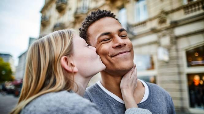 """Zo beleven Vlamingen de liefde, volgens satirische Sara Leemans: """"Willem en Marie swipten elkaar naar rechts op Tinder 'toen daar nog niet zoveel volk op zat'"""""""