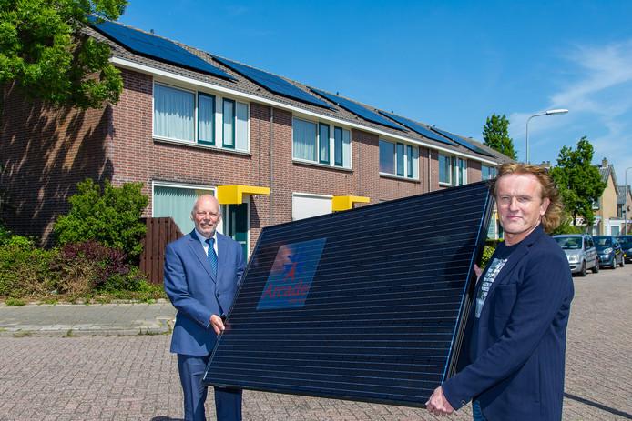 Wethouder energietransitie Leen Snijders (links) en René Lemson, directeur-bestuurder van Arcade, geven het startsein voor het proefproject van Arcade met zonnepanelen.