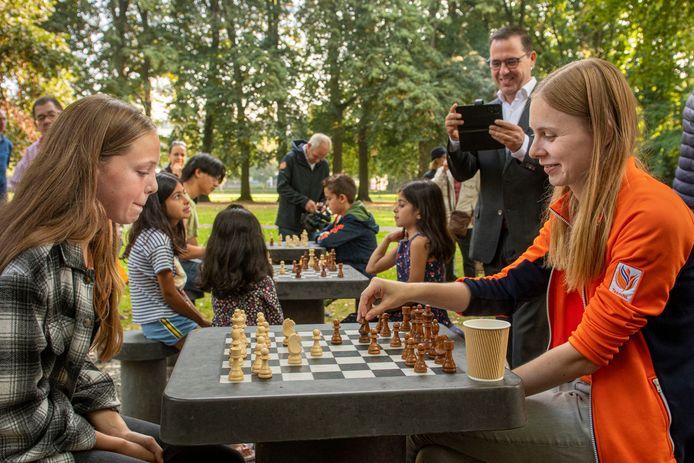 Vanaf nu kan iedereen die wil schaken dat doen in het Slotpark in Oosterhout. Bij de opening was ook viervoudig Nederlands kampioene dames schaken Womens Grand Master (WGM) Anne Haast aanwezig.