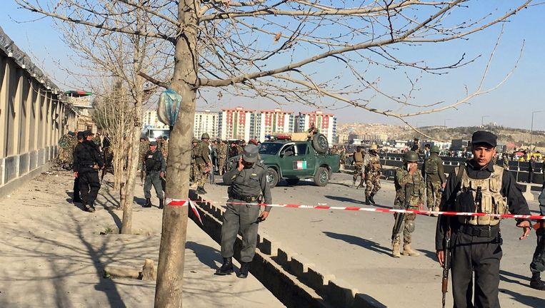 Een afzetting op straat in Kabul na een aanslag in februari. Beeld epa