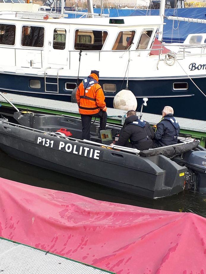 Politie vindt lichaam in jachthaven van Dinteloord.